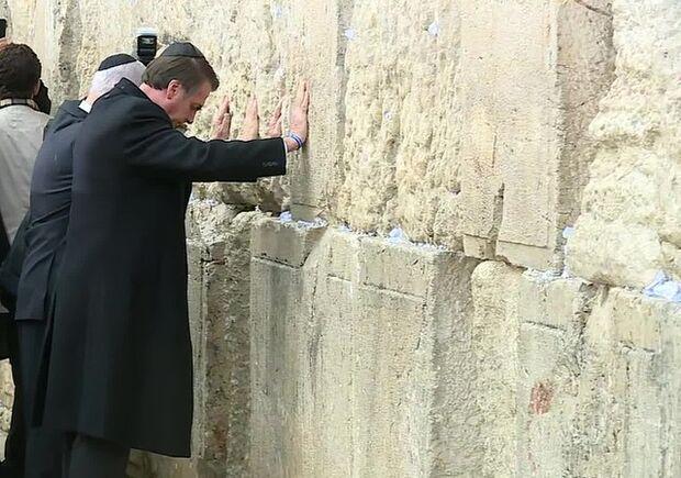 Bolsonaro visita Muro das Lamentações ao lado do primeiro-ministro de Israel
