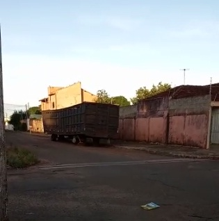 VÍDEO: carroceria podre e abandonada incomoda moradores na Vila Nhanhá