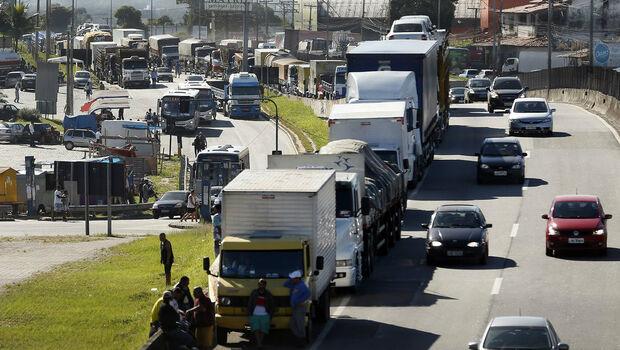 No WhatsApp, caminhoneiros insatisfeitos com pacote já falam em greve em maio