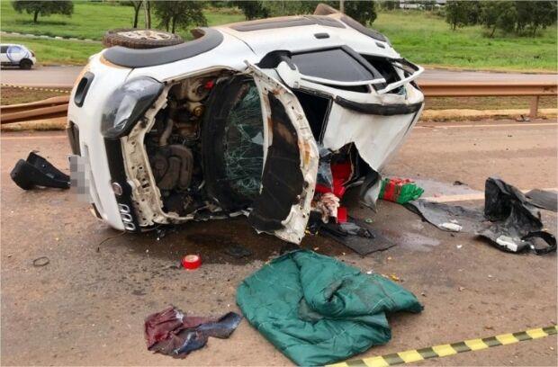 Motorista quebra duas pernas ao capotar carro carregado com cocaína