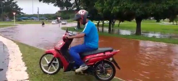 VÍDEO: em poucos minutos, pancadas de chuva alagam pontos de Campo Grande