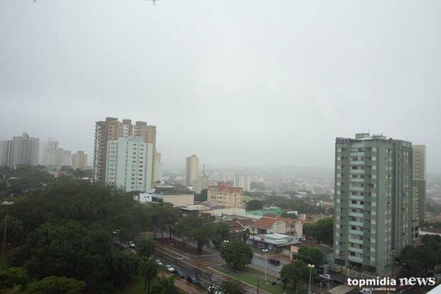Trégua no calor: chuva cai em Campo Grande e deixa temperatura amena