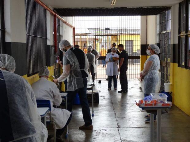 Peritos coletam DNA de presos para inserir em banco nacional para solucionar crimes