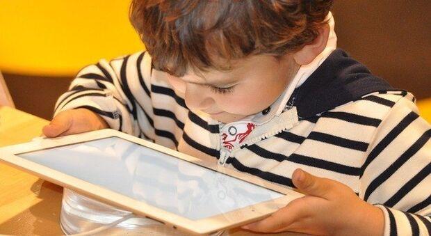 Crianças até 2 anos não devem ter contato com telas, segundo OMS