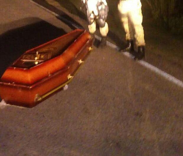Velórios e furiosos: caixão cai de carro funerário e corpo fica abandonado em estrada