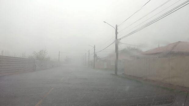 Tchau, calor: chuva chega e refresca tarde desta segunda-feira em Campo Grande