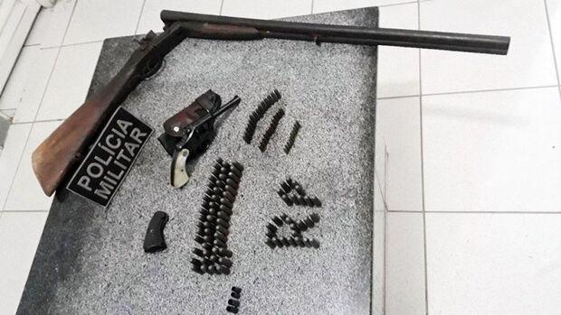 Após ameaçar esposa, homem é preso pela PM com armas e munições