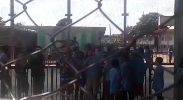 VÍDEO: com funk a todo vapor, moradora denuncia algazarra em escola de Campo Grande