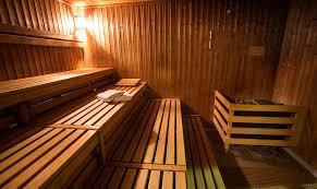 Policial sem roupa prende foragido em sauna