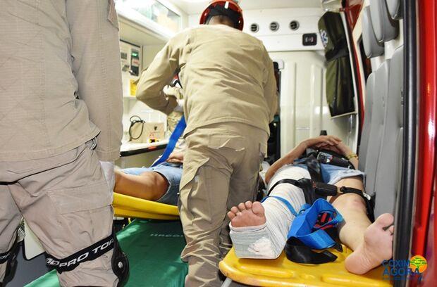 Motorista bate em motociclista, derruba mãe e filha e foge do local do acidente
