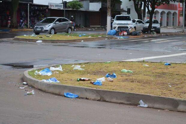 Torcedores urinam em comércios e deixam avenida emporcalhada após jogos