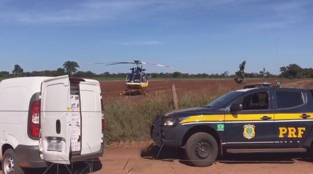 Com apoio de helicóptero, PRF prende comboio com 100 mil pacotes de cigarro na BR-060