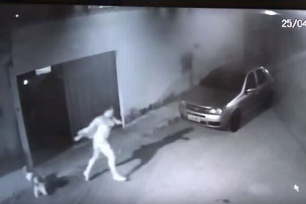 VÍDEO: mulher atacada com ácido pelo ex-marido corre em busca de ajuda