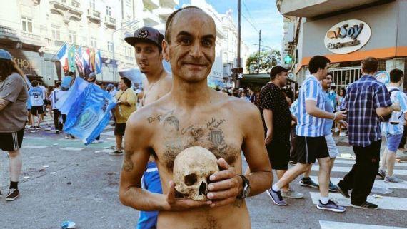 Torcedor tira crânio de avô do túmulo e celebra título com ele em mãos