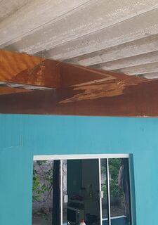 Raio atinge coqueiro e danifica parte da estrutura de garagem de sargento da PM
