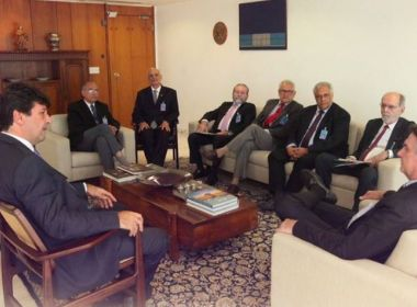 Em reunião com Bolsonaro e Mandetta, Conselho faz pedidos para a classe médica