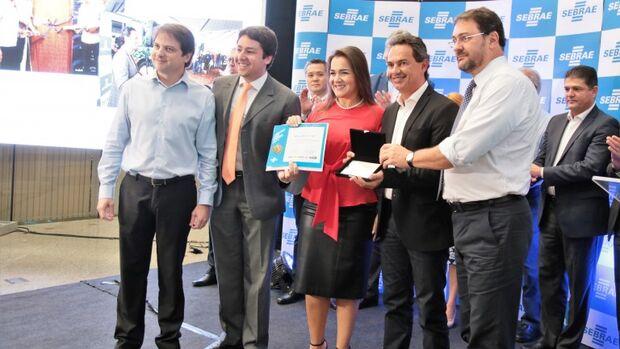Marquinhos Trad recebe prêmio prefeito empreendedor e destaca trabalho em equipe