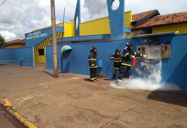 Escola municipal pega fogo e bombeiros suspeitam de curto-circuito no padrão de energia