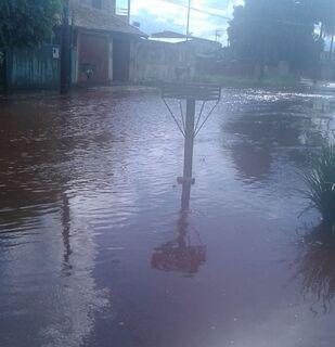 Ruas viram 'rios' e moradores vivem aflição após chuva no Tiradentes
