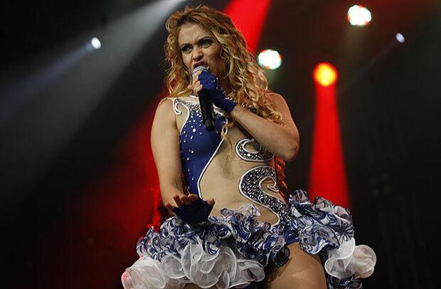Fã invade palco e desmaia depois de abraçar a cantora Joelma