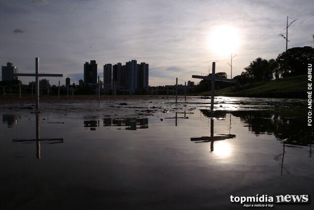 Em ato simbólico, área assoreada de lago do Parque das Nações recebe 'cemitério de cruzes'