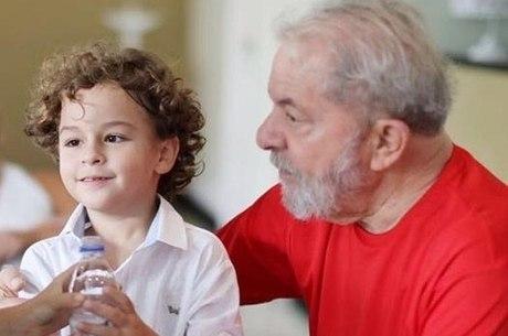 Bactéria que causou morte de neto de Lula é comum na pele