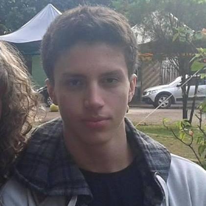 Filho de PM estava indo buscar irmãos na escola quando foi assassinado a tiros de fuzil