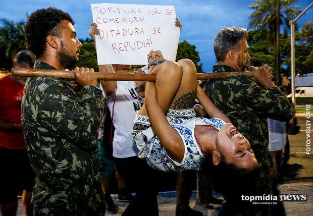 Encenação com método de tortura marca protesto contra golpe de 64 em Campo Grande