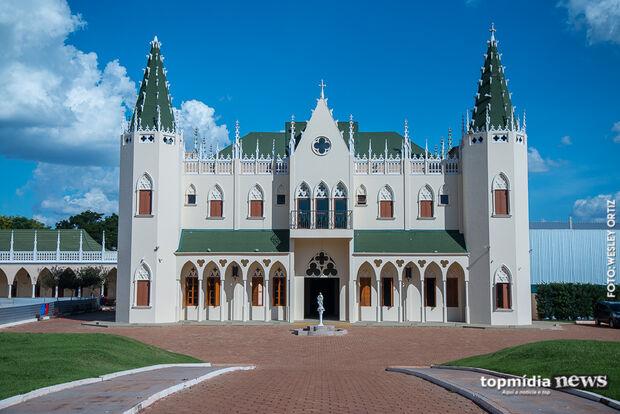 De beleza medieval, igreja que parece castelo chama atenção escondida em ruazinha do Rita Vieira