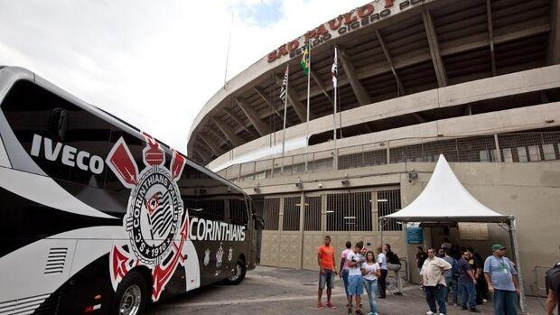 Torcida do São Paulo planeja recepcionar ônibus do Corinthians com pétalas