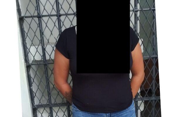 Embriagada, mulher é presa após esganar filha adolescente e arremessar menino contra a parede
