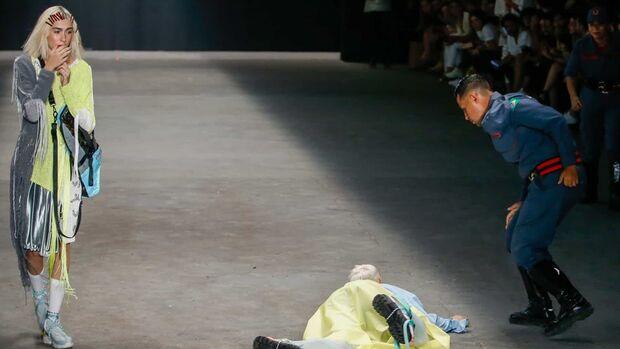 'Não usava substâncias ilícitas', diz agência de modelo que morreu durante desfile