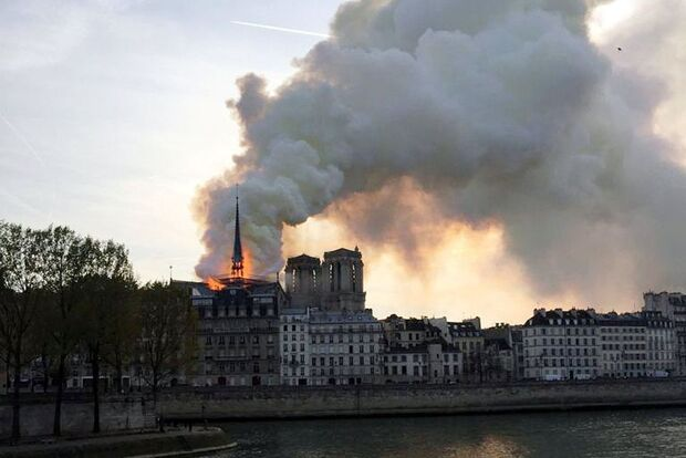 Incêndio atinge Catedral de Notre-Dame em Paris