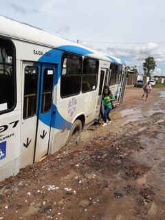 VÍDEO: após chuva, rua é tomada pela lama e ônibus atola no Cristo Redentor