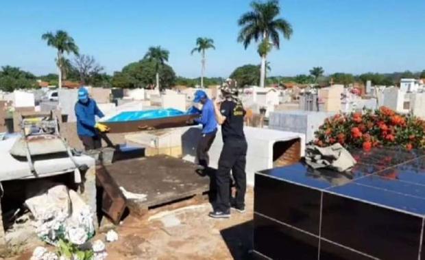 6 meses depois: corpo de idosa enterrada em quintal volta a ser exumado