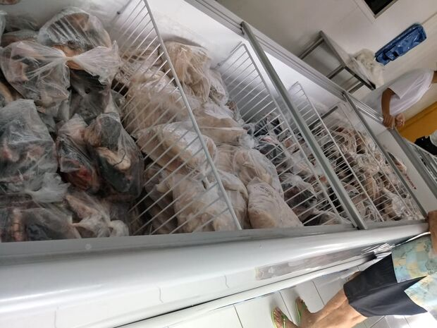 Jeitinho brasileiro: peixarias ficam lotadas e comerciantes estão satisfeitos com lucro
