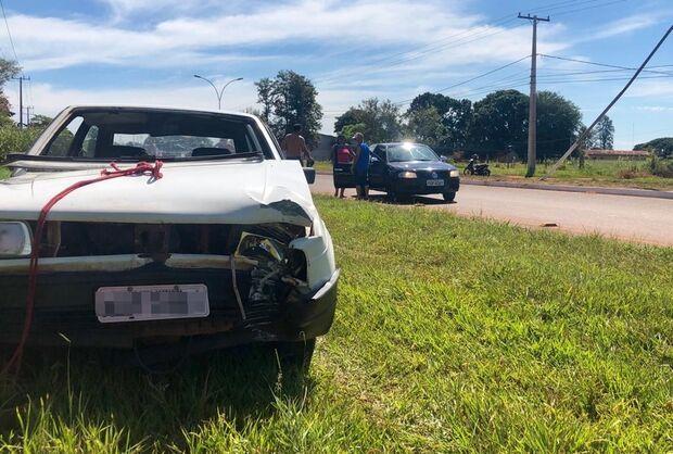 Após perder o controle da direção, motorista bate em poste de iluminação