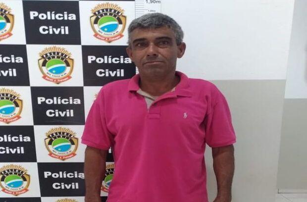 Suspeito de assassinar a esposa se entrega à polícia após passar noite em matagal