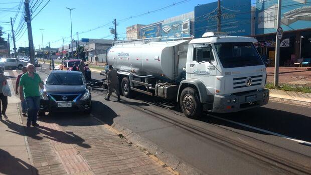 Após 4 horas, caminhão sem freio que causou acidente com três veículos é retirado da pista