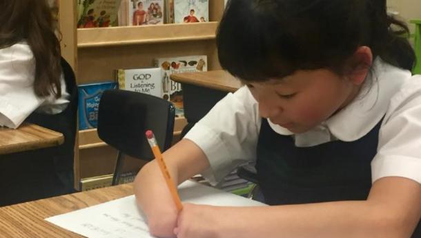 Menina sem mãos vence concurso de escrita