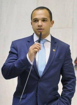 Deputado do PSL que atacou colega transexual assume ser gay