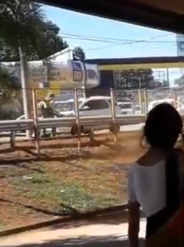 VÍDEO: limpeza sem proteção da Solurb 'dá banho' de poeira em passageiros de ônibus