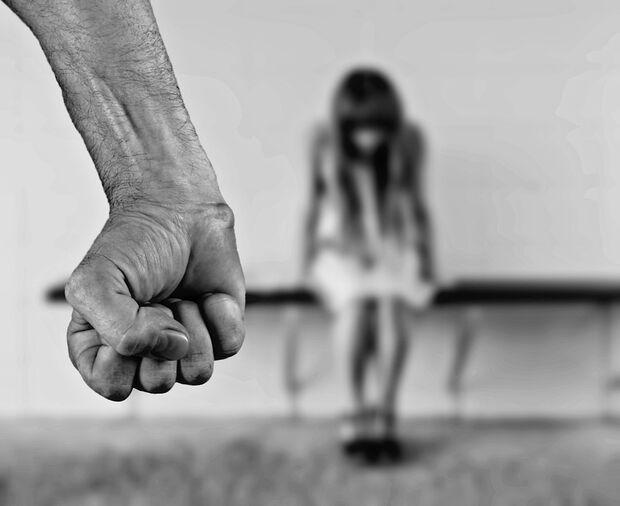 Mulher apanha do marido na frente dos filhos e é socorrida por vizinhos