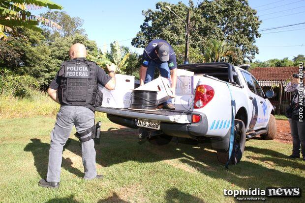 VÍDEO: agentes saem com caminhonete abarrotada de eletrônicos apreendidos em casa de luxo