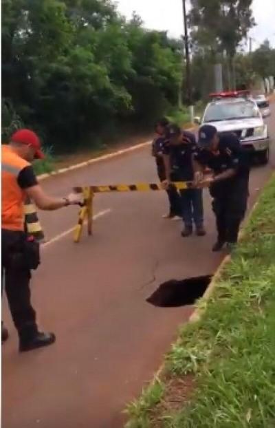 VÍDEO: moradores denunciam buraco que ameaça desabar avenida movimentada