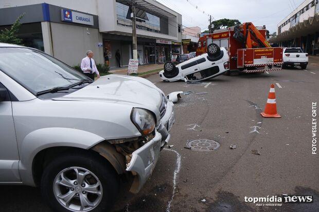 Motorista de Tucson desrespeita placa de Pare e provoca capotamento em Campo Grande