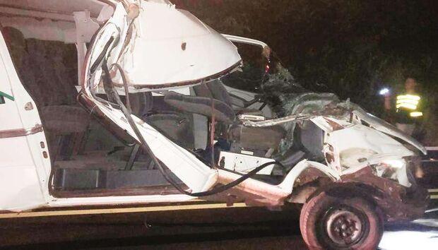 Motorista de van bate em carreta e fica ferido em MS