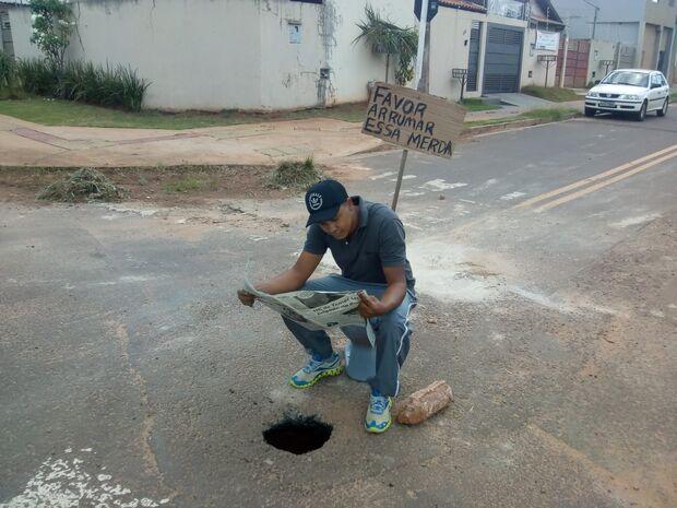 Favor arrumar essa m*! Indignados, moradores colocam vaso sanitário para sinalizar buraco