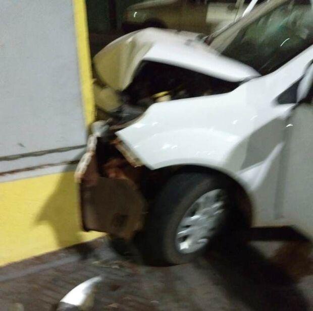 Rapaz perde controle da direção em rotatória e bate veículo em farmácia