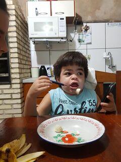 VÍDEO: com síndrome de Hunter, menino come sozinho pela primeira vez e emociona familiares